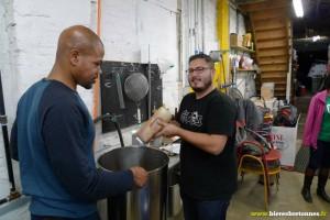 Matt Omura en train d'assister un nouveau brasseur en extrait