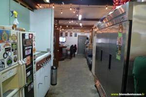 Le kegerator à gauche, l'armoire de fermentation des lagers à droite et l'espace bar au fond.